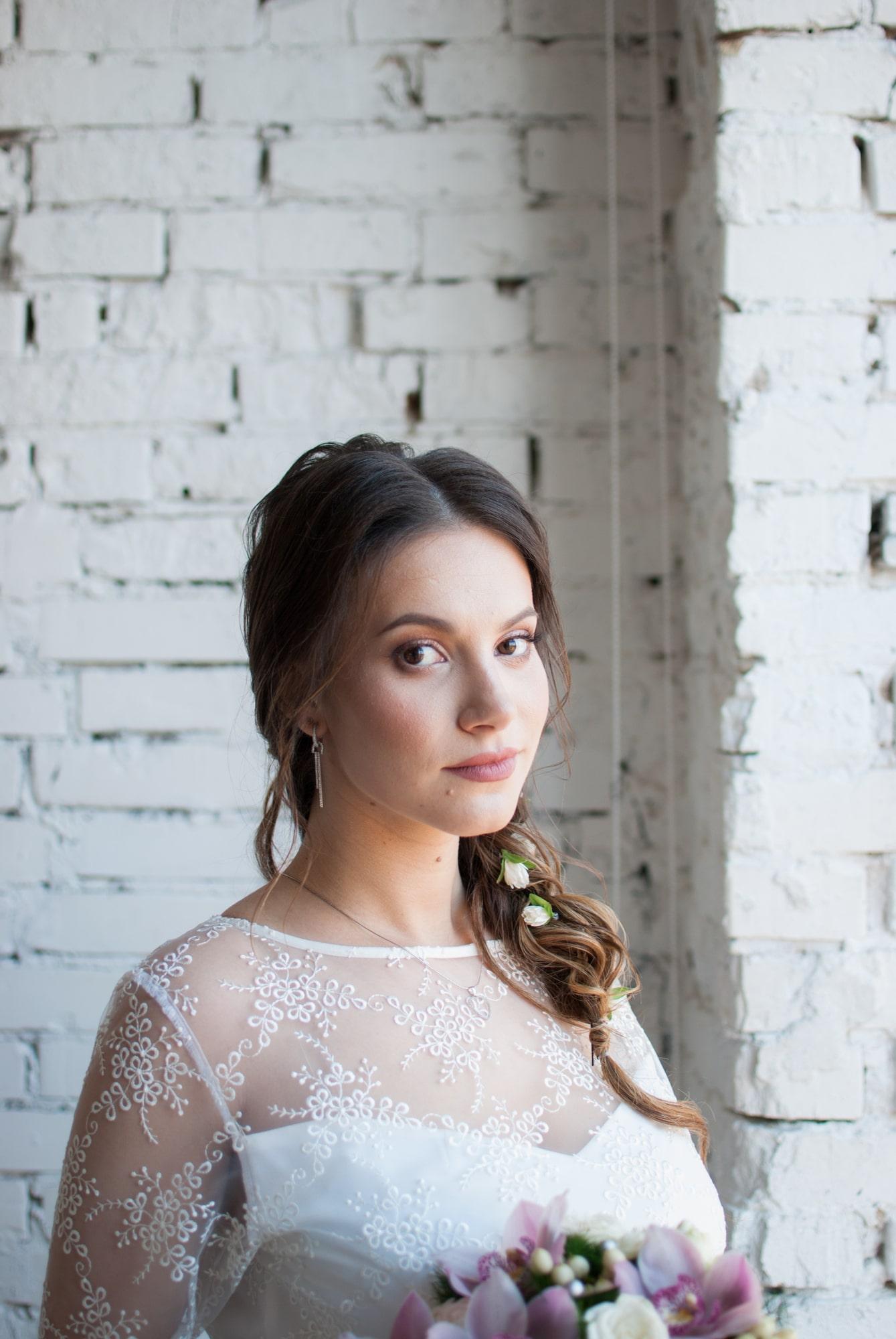 Невеста возле окна задумалась