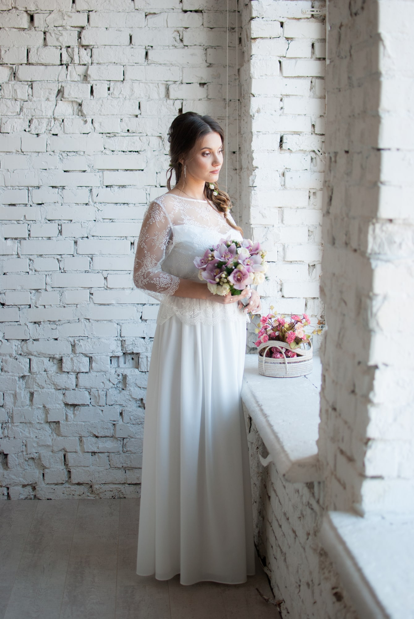 Молодая невеста возле окна