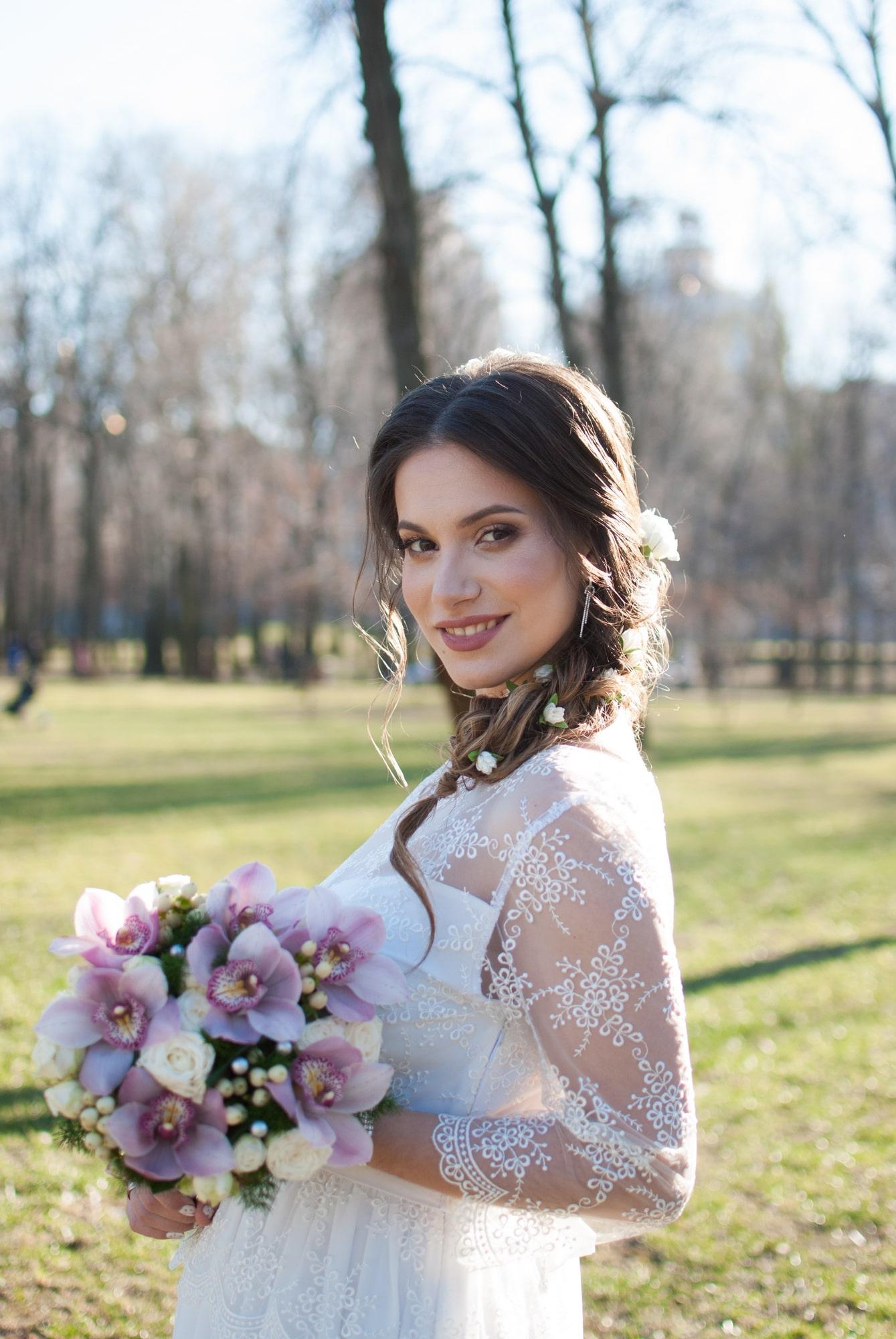 Прогулка невесты в парке