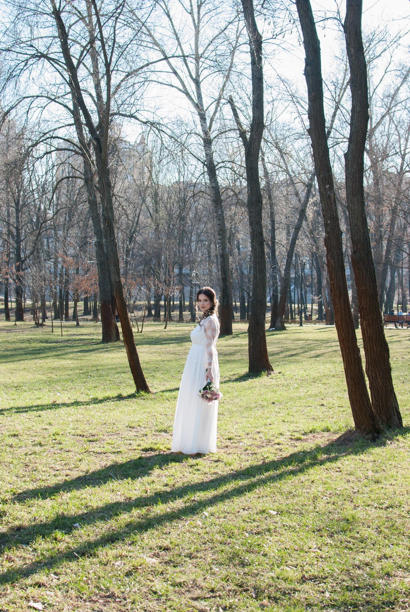 Девушка с букетом в парке
