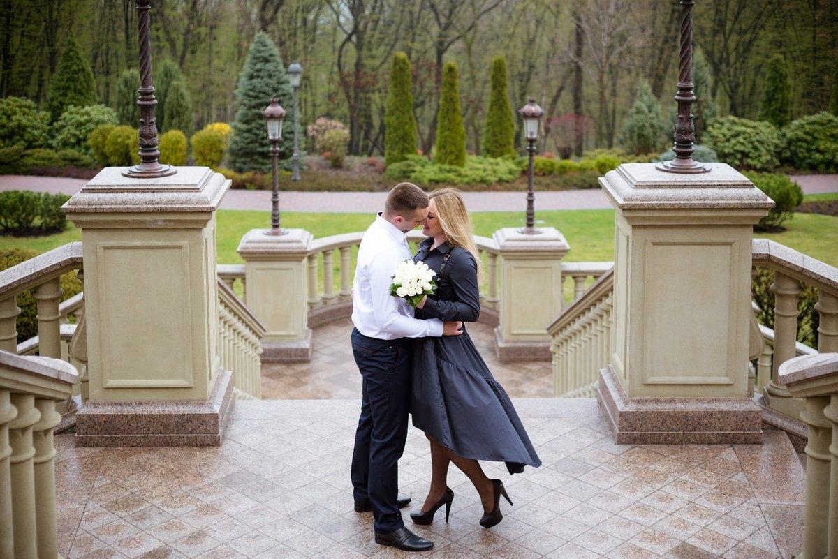 Фотосессия влюбленных в парке Межигорье