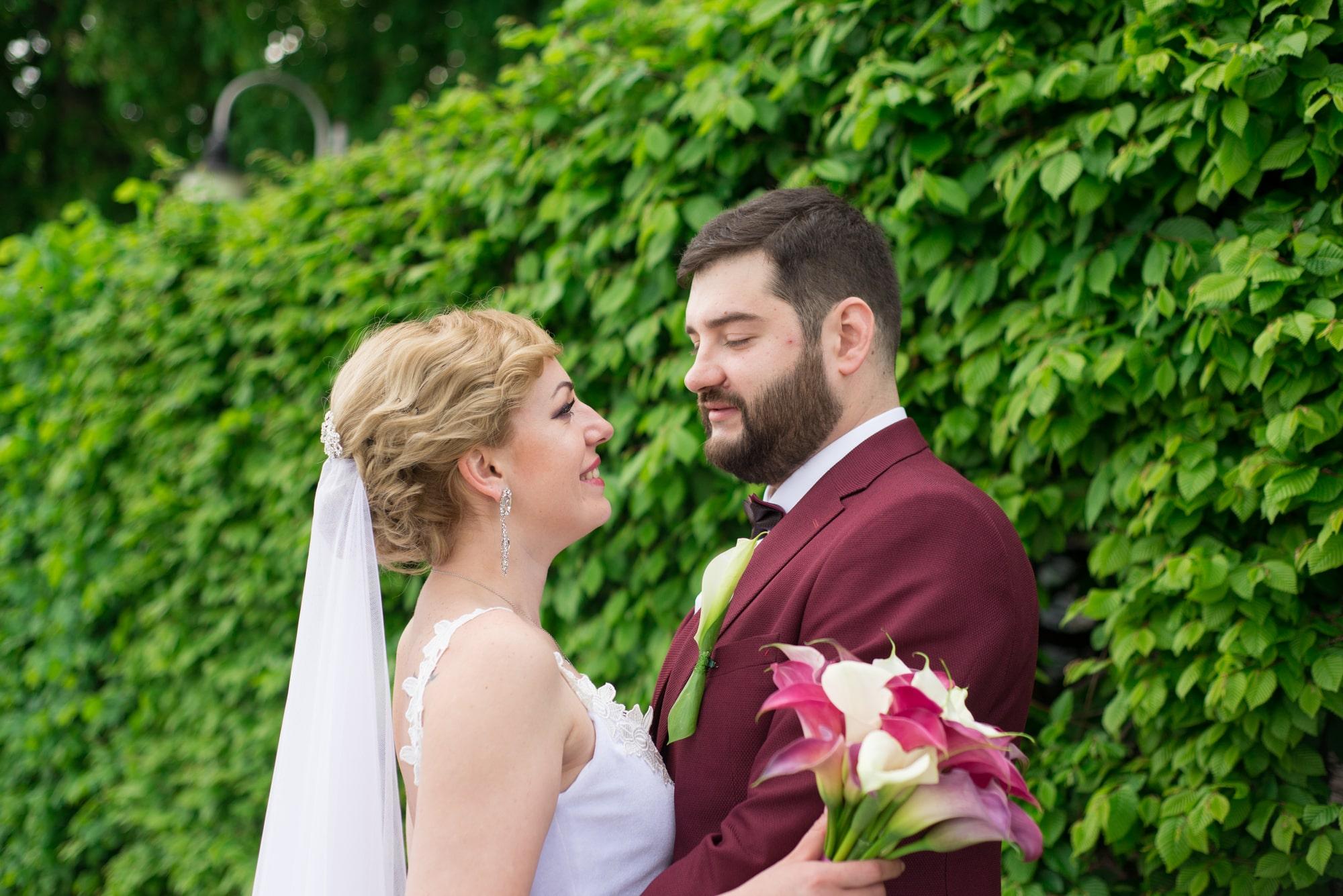 Фотография объятий невесты и жениха - Фотограф Женя Лайт