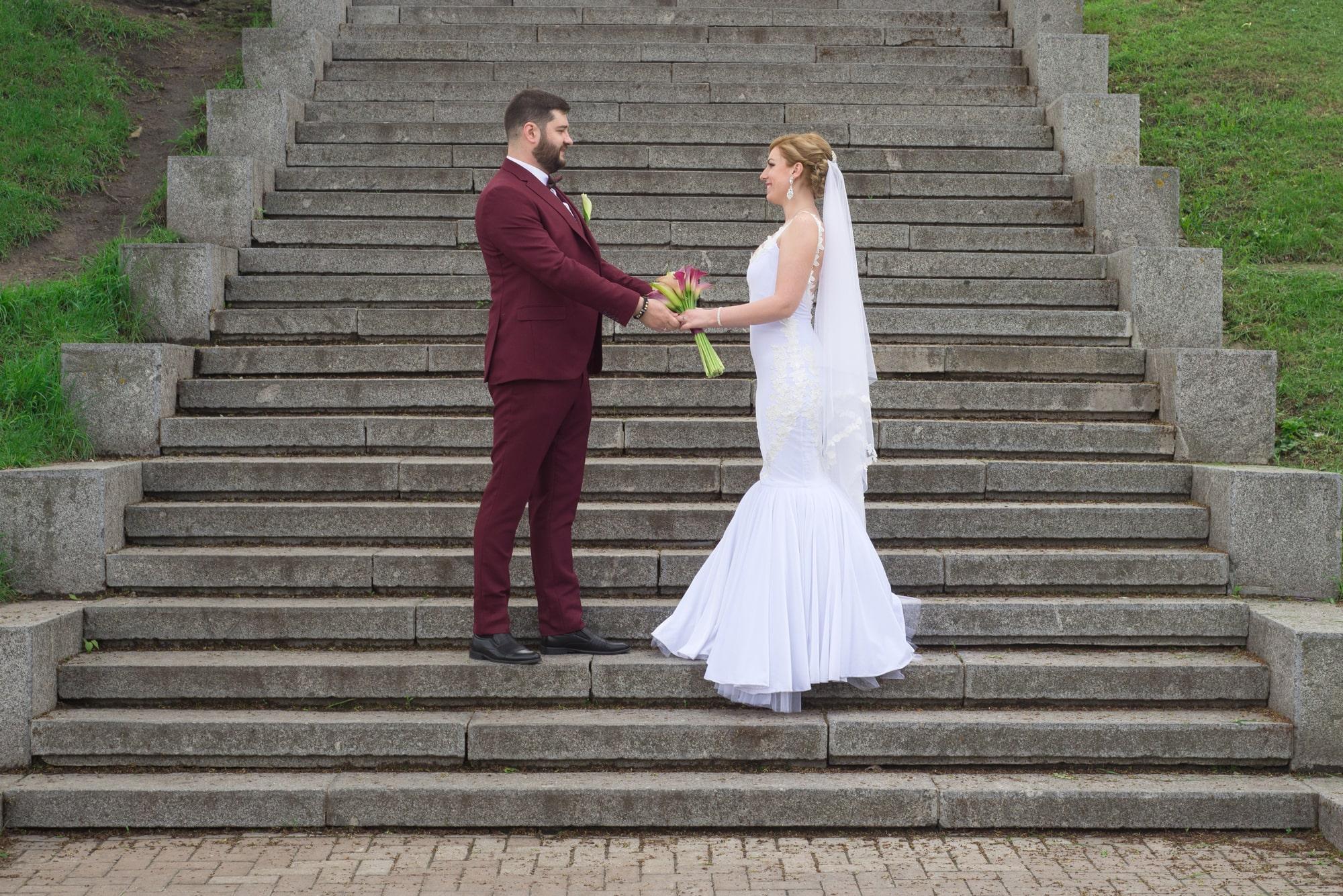 Двое позируют на ступеньках - Фотограф Женя Лайт