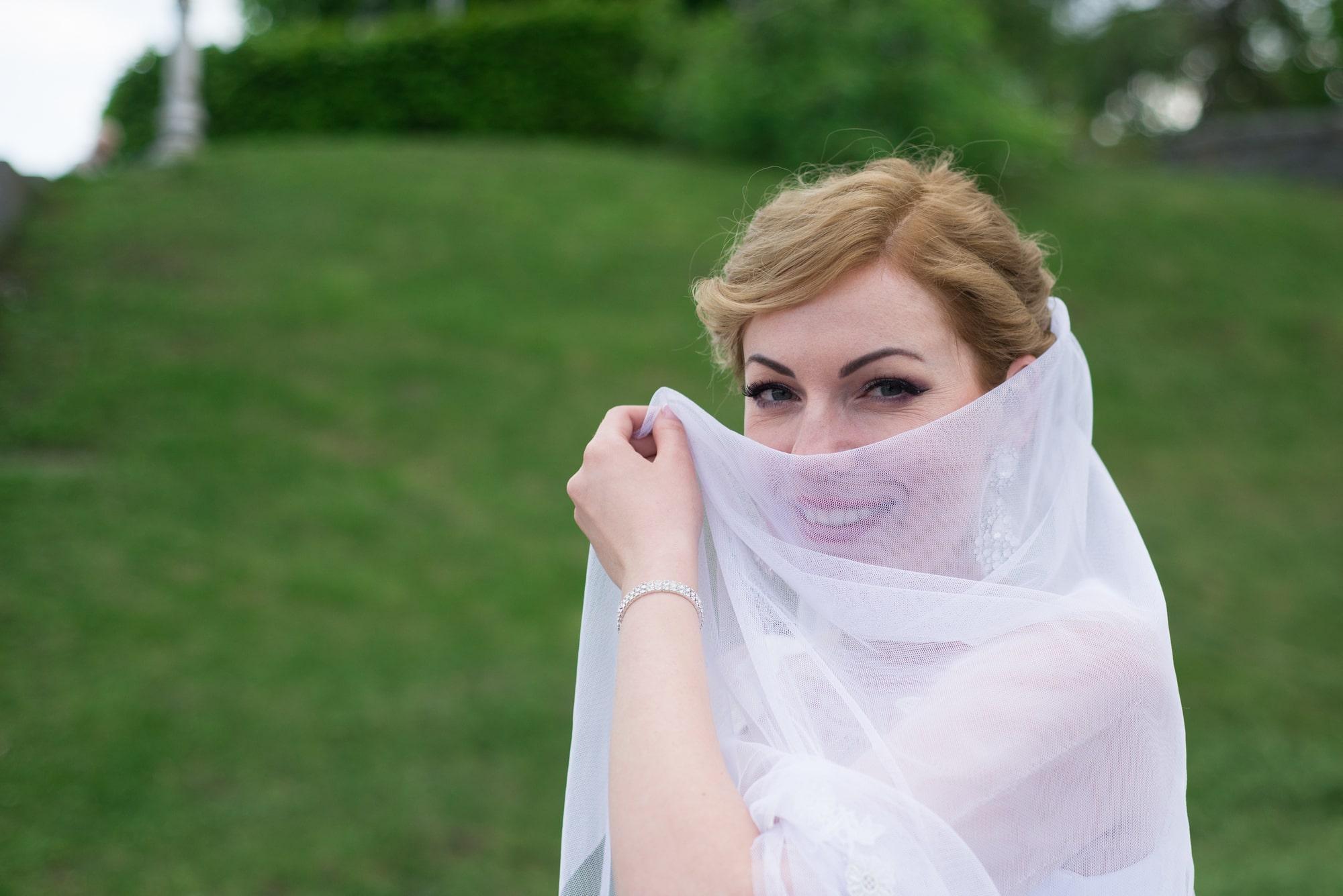 Невеста прикрылась фатой - Фотограф Женя Лайт