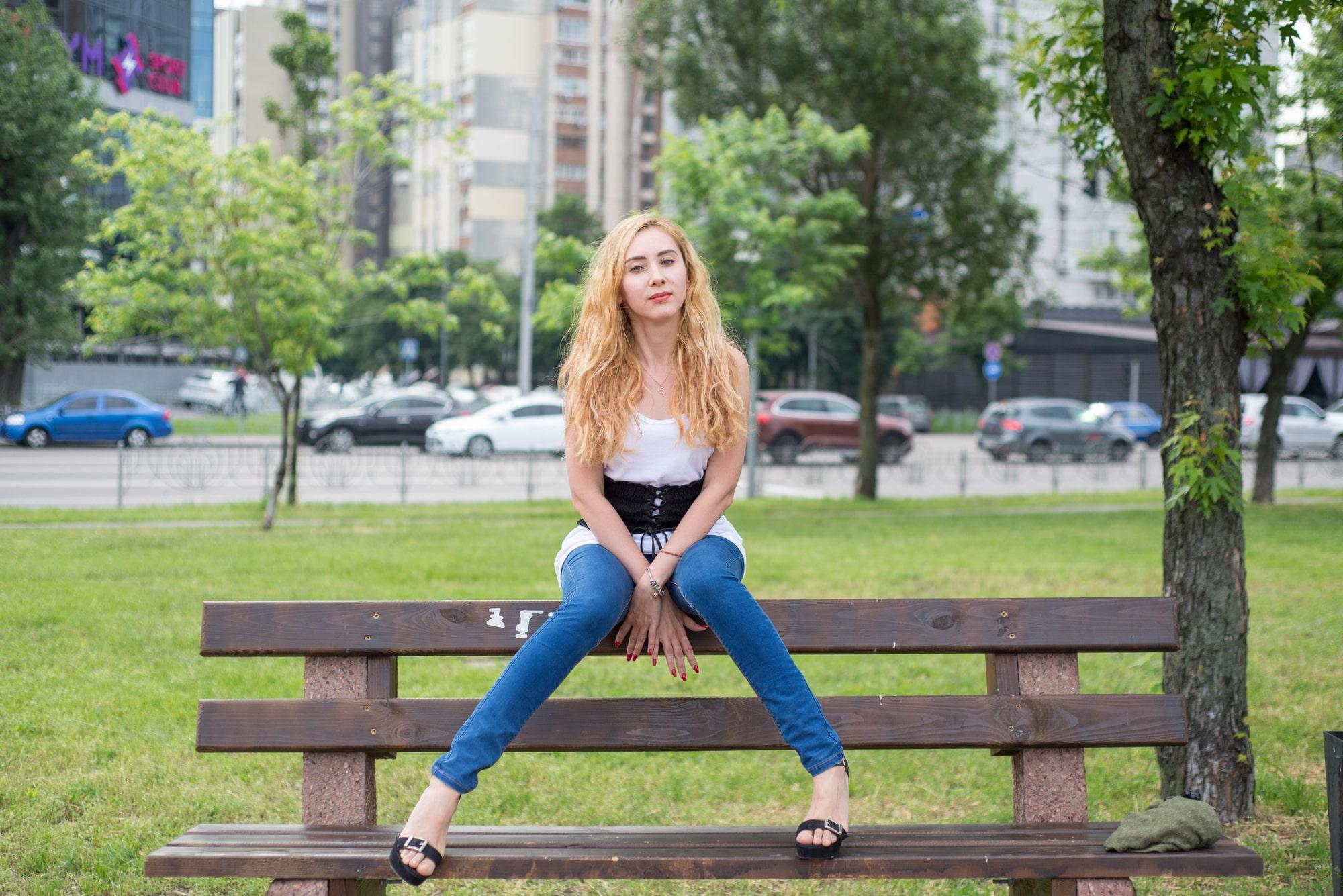 Женщина на скамейке - Фотограф Женя Лайт