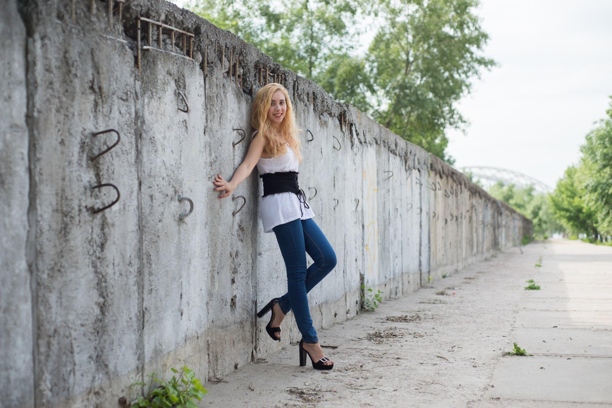 Фото возле стены - Фотограф Женя Лайт