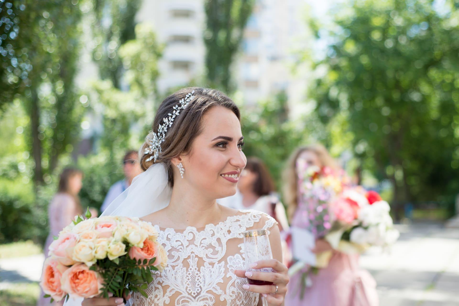 Свадебная фотосессия в Межигорье: Невеста с бокалом шампанского