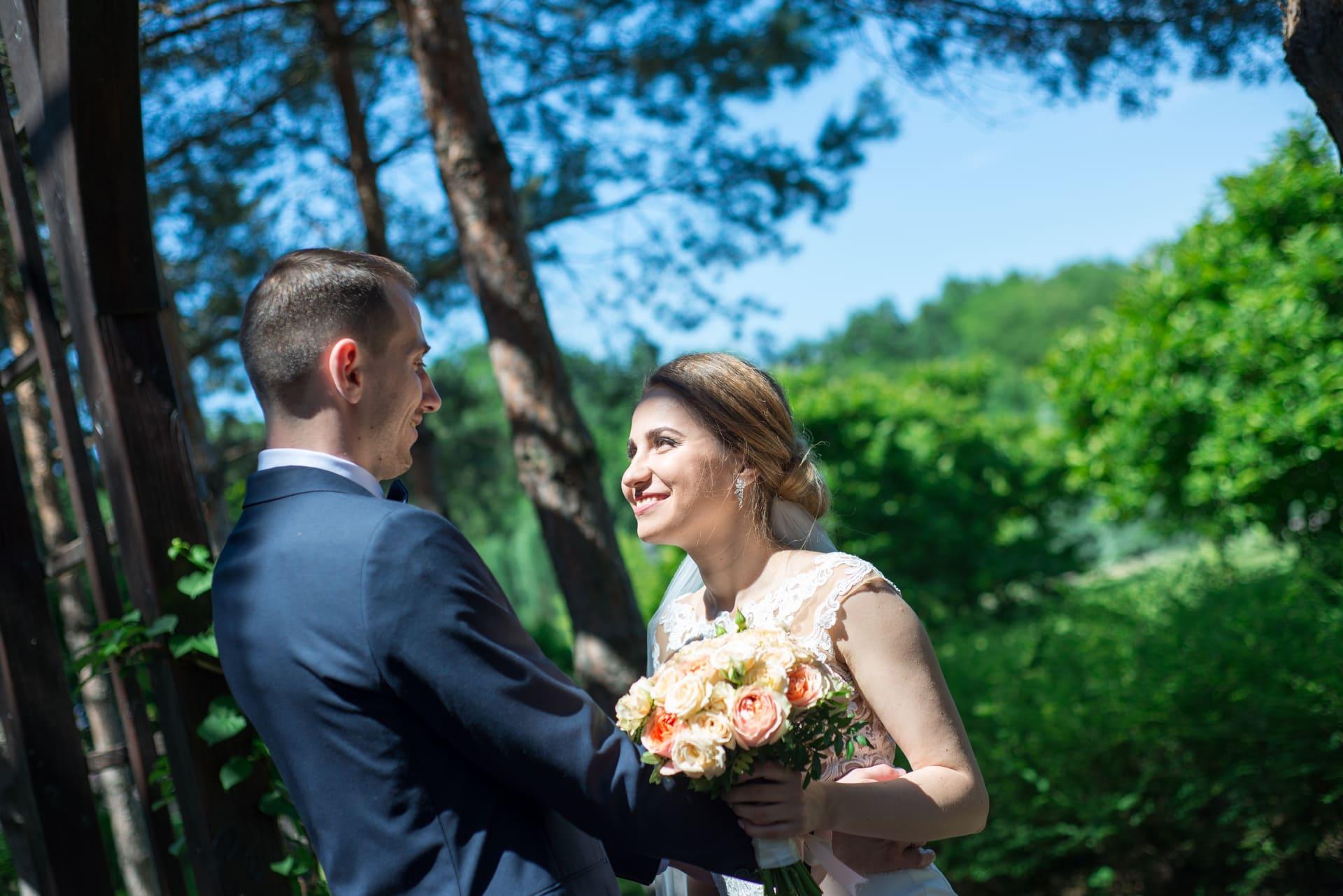 Свадебная фотосессия в Межигорье: Невеста и жених улыбаются