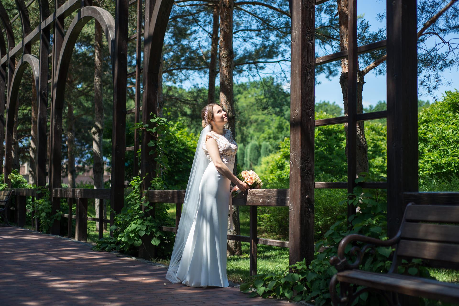 Свадебная фотосессия в Межигорье: Невеста задумчиво смотрит в небо