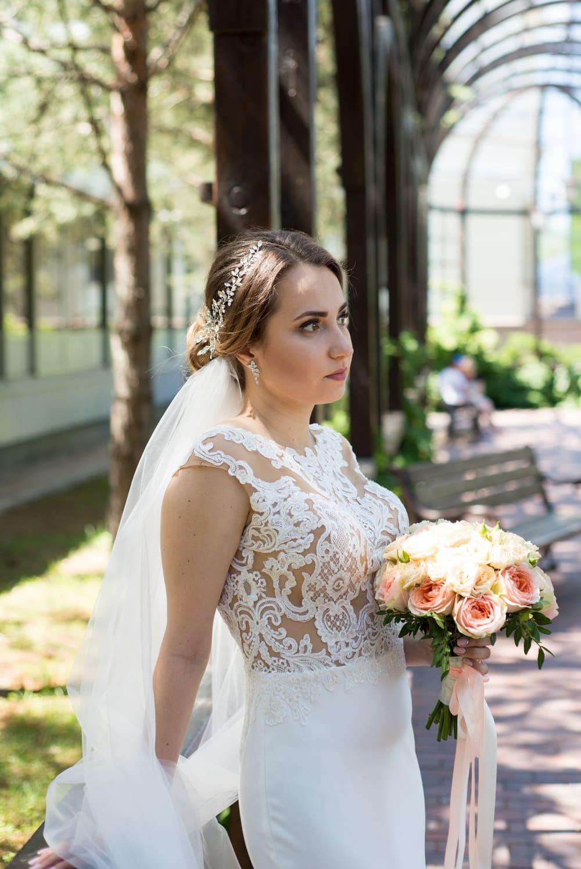 Свадебная фотосессия в Межигорье: Невеста задумалась