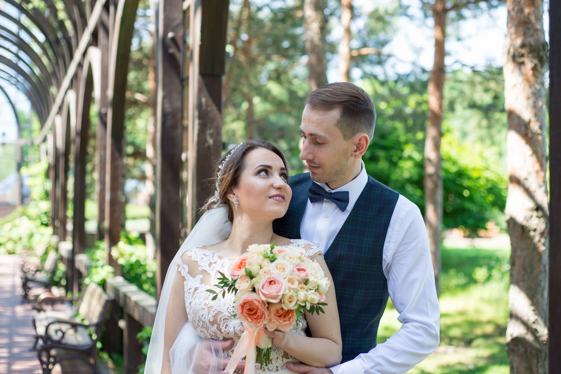 Свадебная фотосессия в Межигорье: Влюбленный взгляд невесты