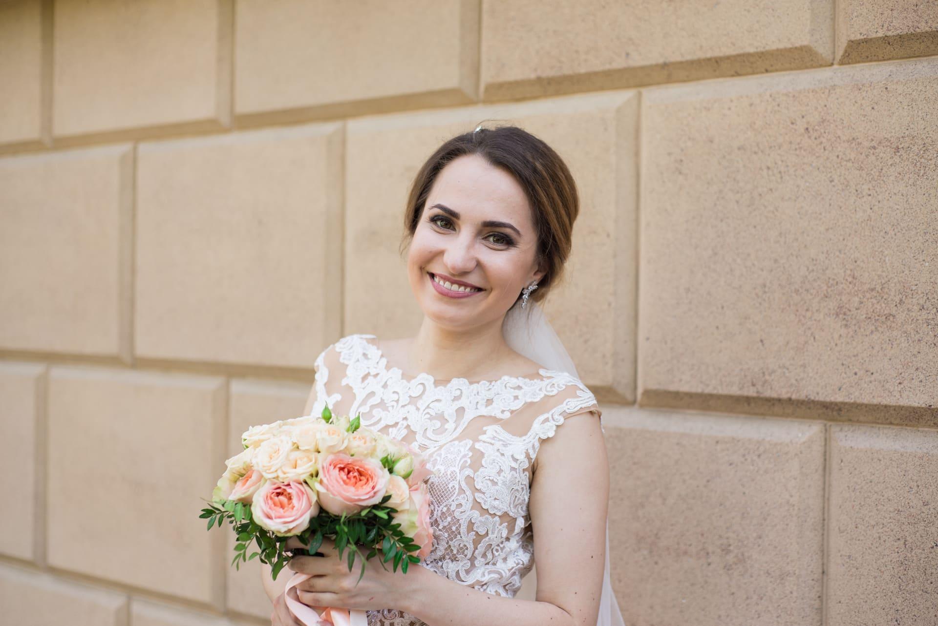Свадебная фотосессия в Межигорье: Невеста улыбается фотографу