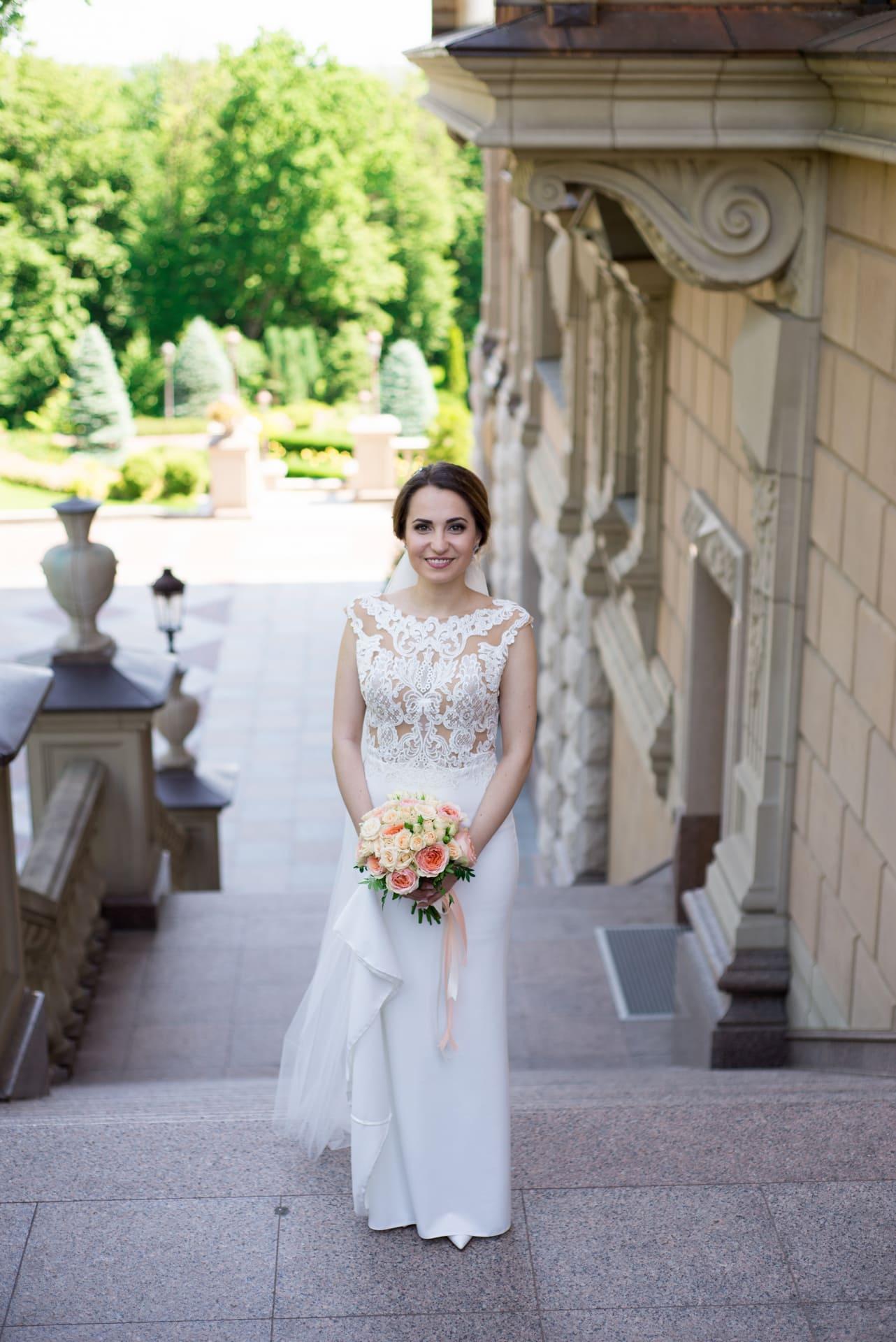 Свадебная фотосессия в Межигорье: Невеста на ступеньках