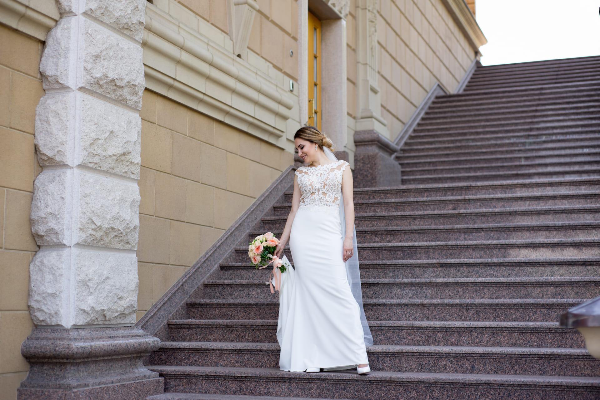 Свадебная фотосессия в Межигорье: Невеста позирует на лестнице