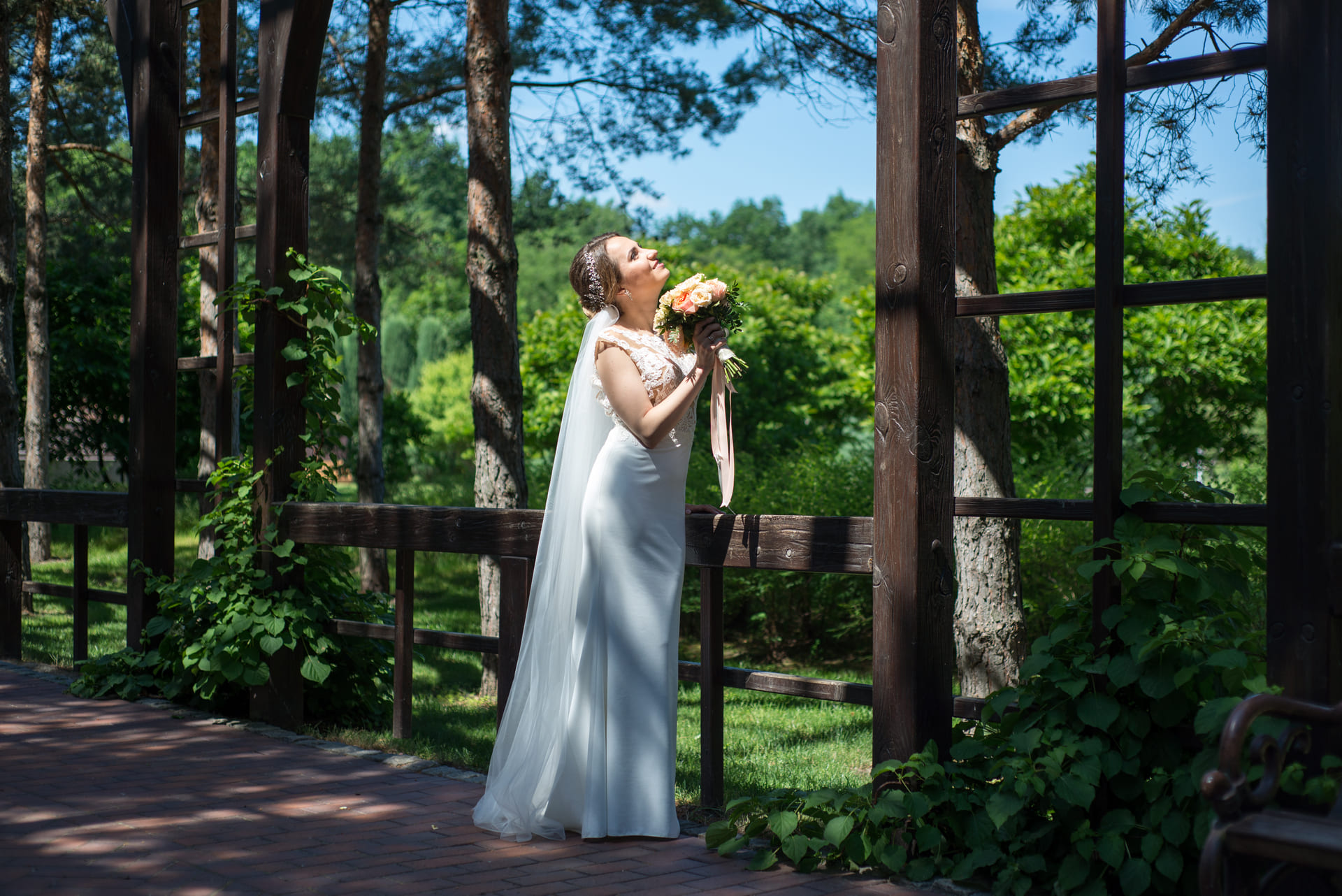 Свадебная фотосессия в Межигорье: Невеста в солнечной алее