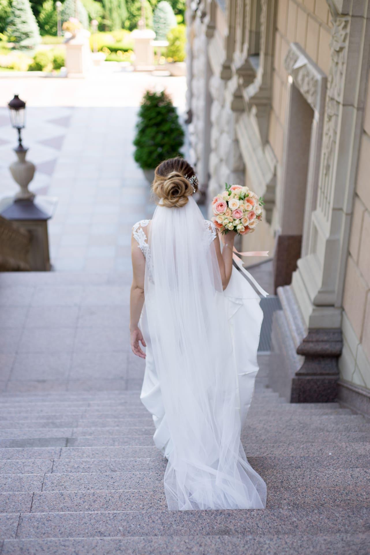 Свадебная фотосессия в Межигорье: Невеста спускается по лестнице