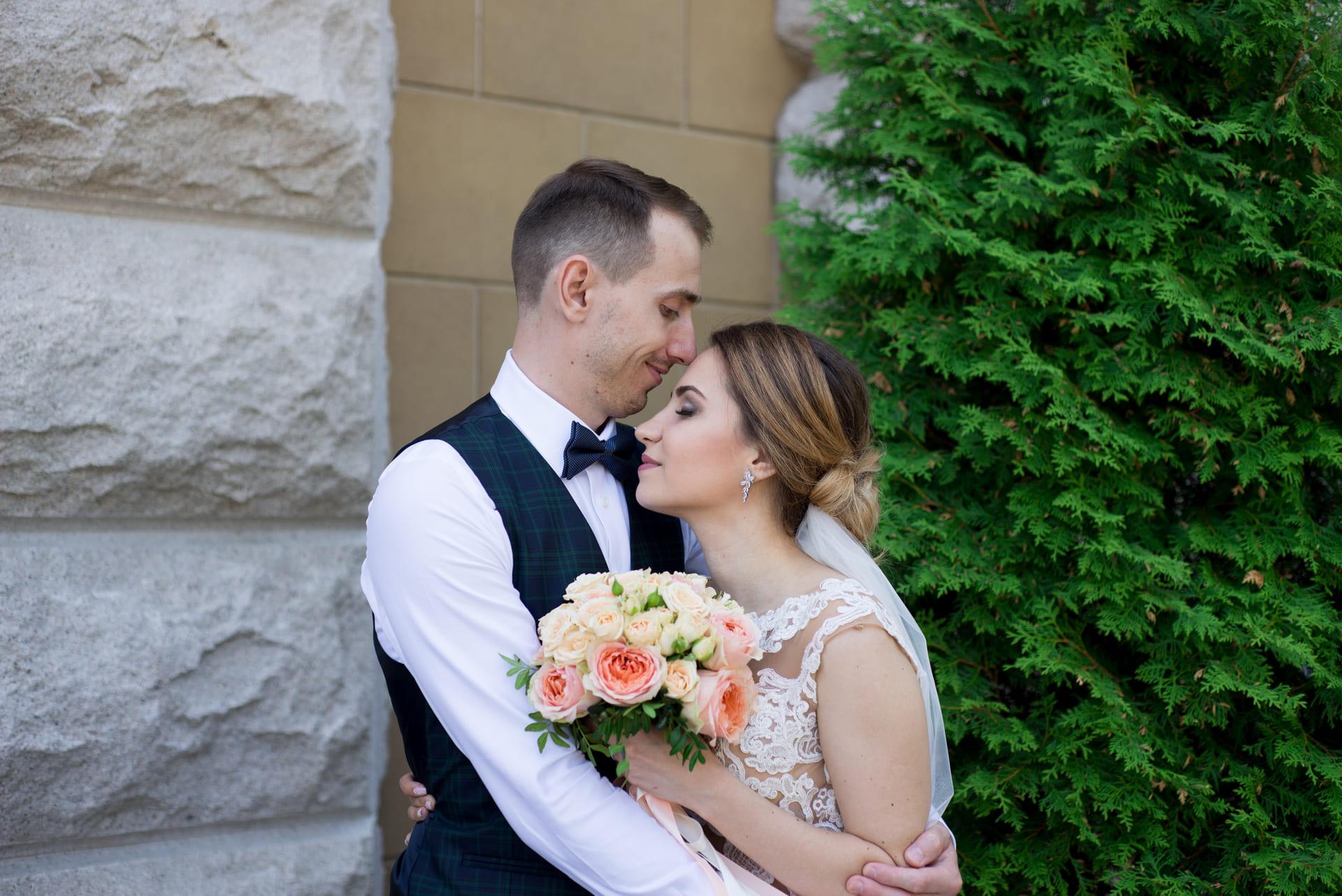 Свадебная фотосессия в Межигорье: Невеста обнимает любимого