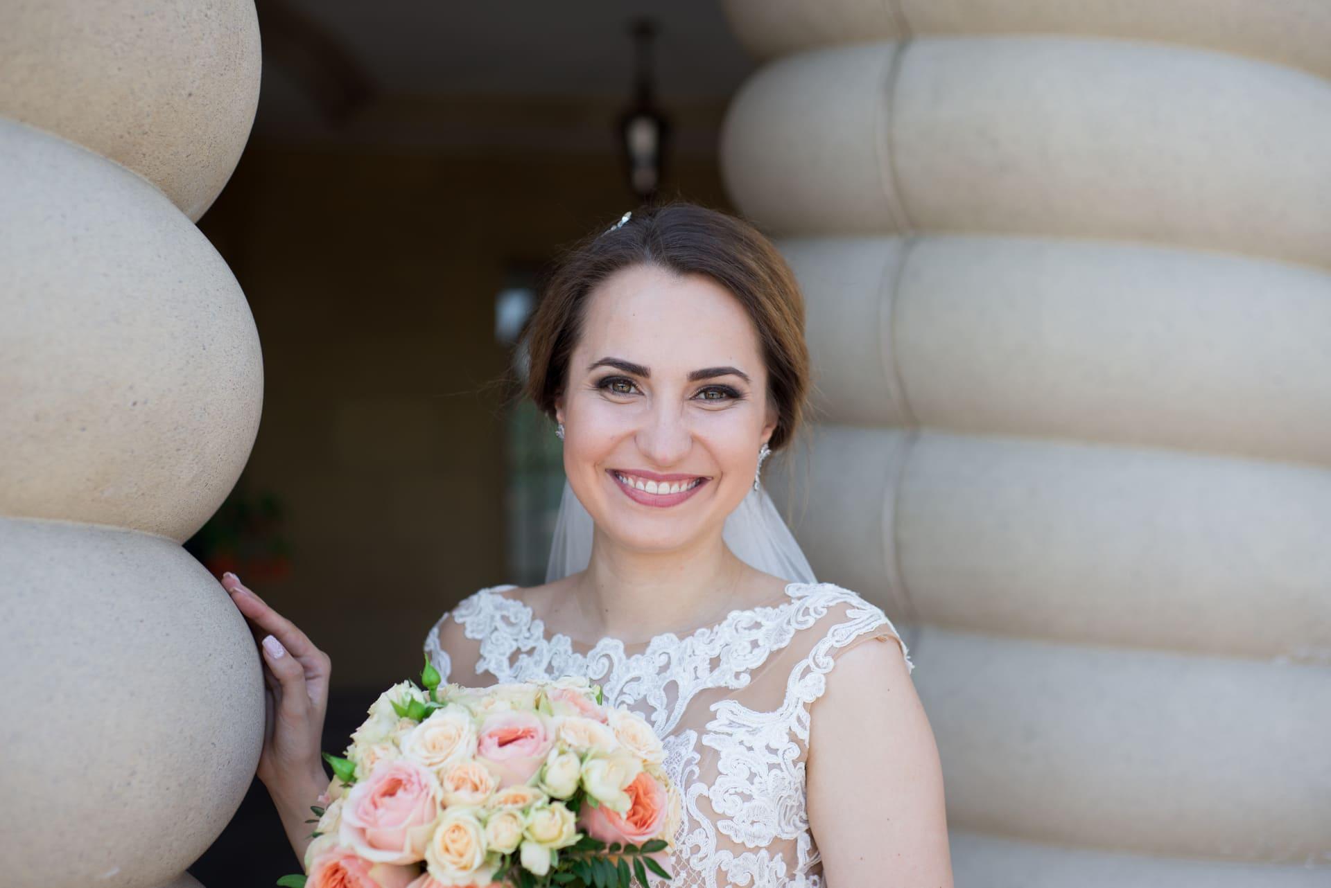 Свадебная фотосессия в Межигорье: Сияющая улыбка невесты