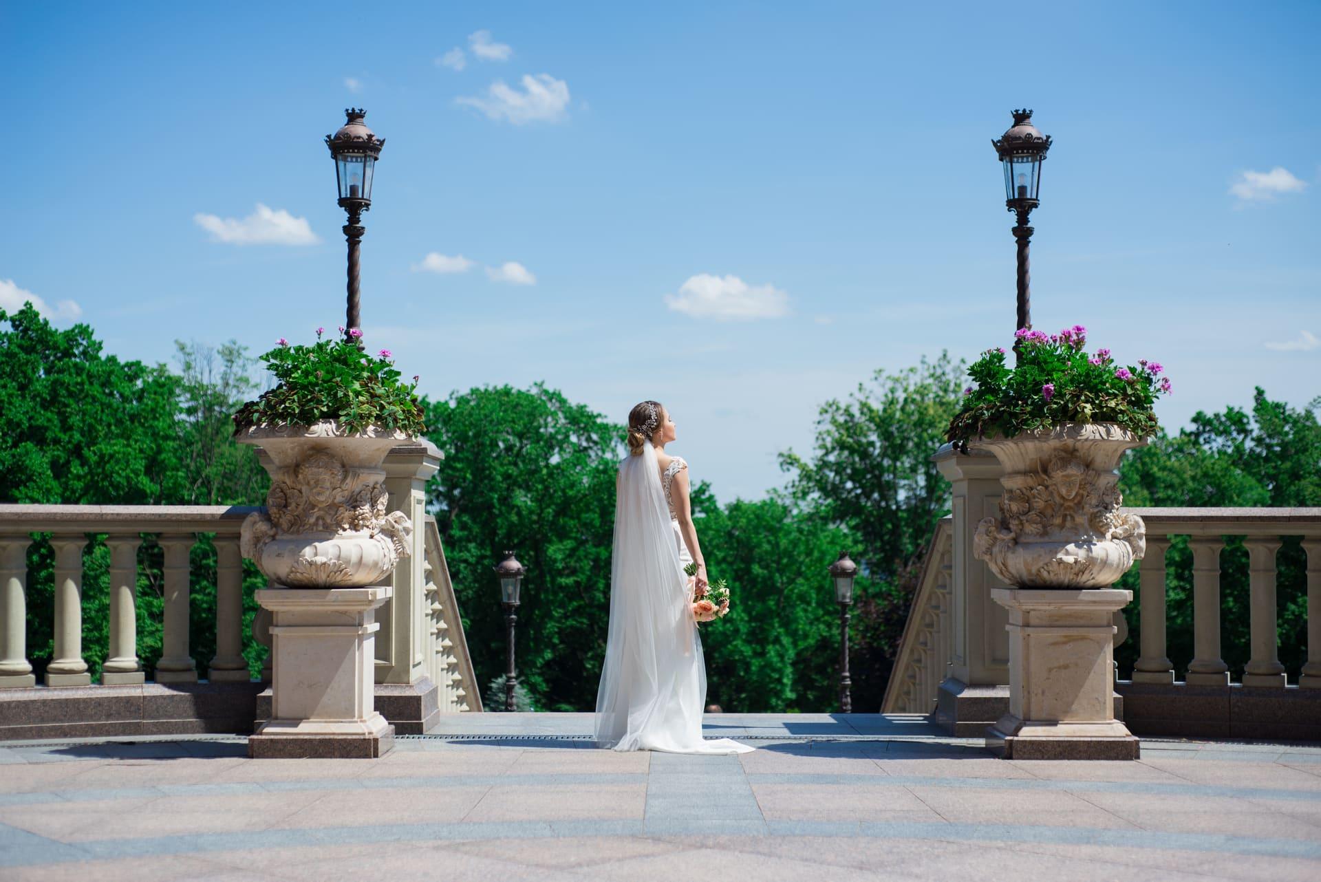 Свадебная фотосессия в Межигорье: Невеста позирует возле фонарей