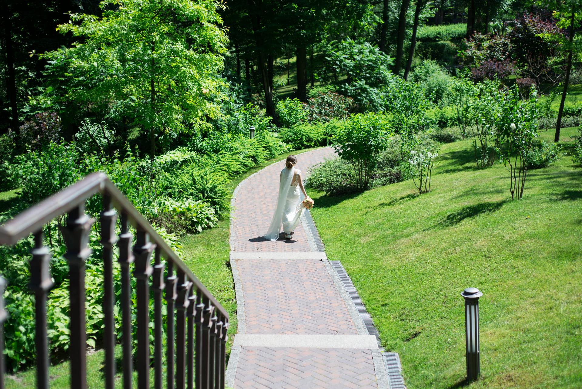 Свадебная фотосессия в Межигорье: Девушка гуляет в парке