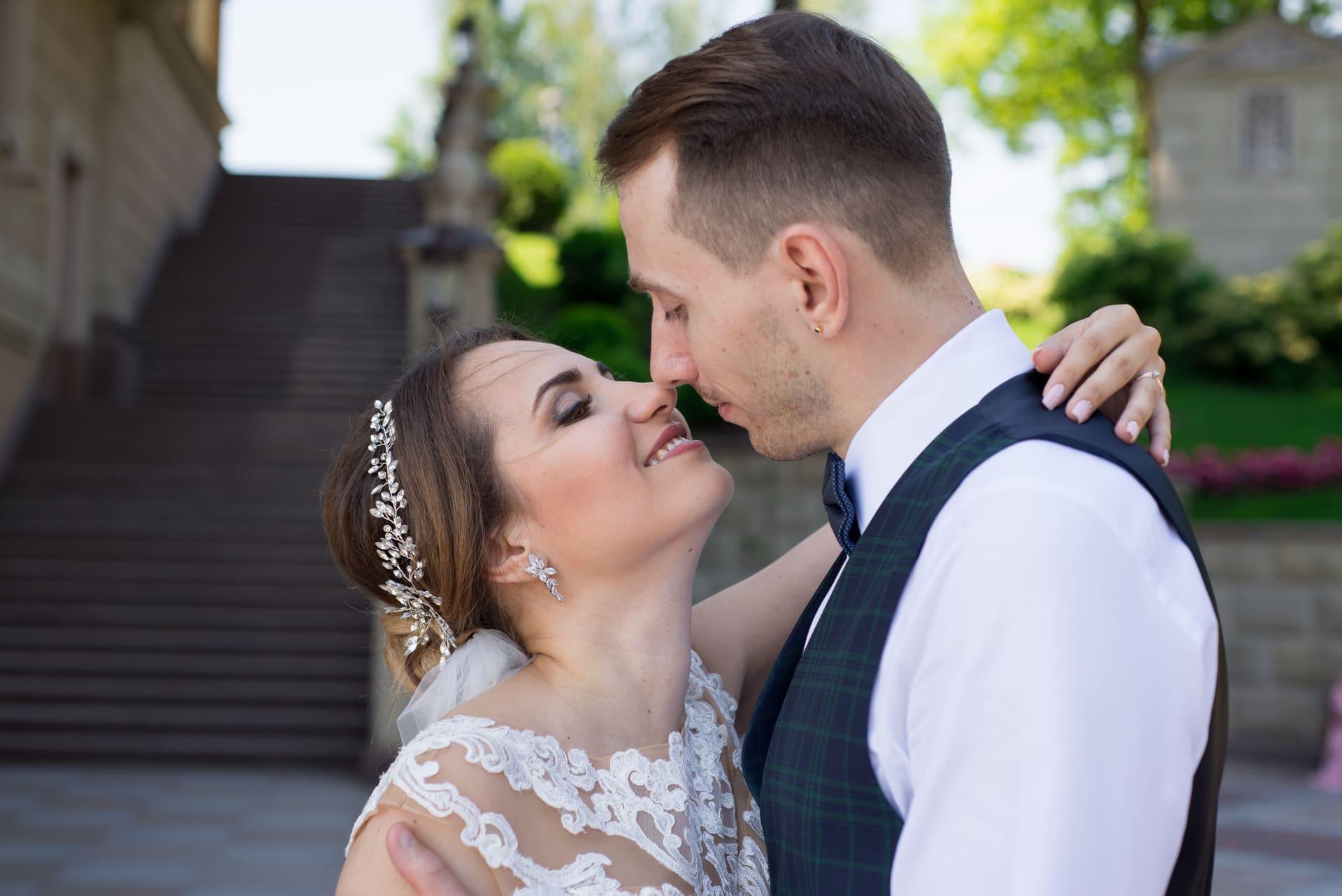 Свадебная фотосессия в Межигорье: Невеста обняла своего любимого