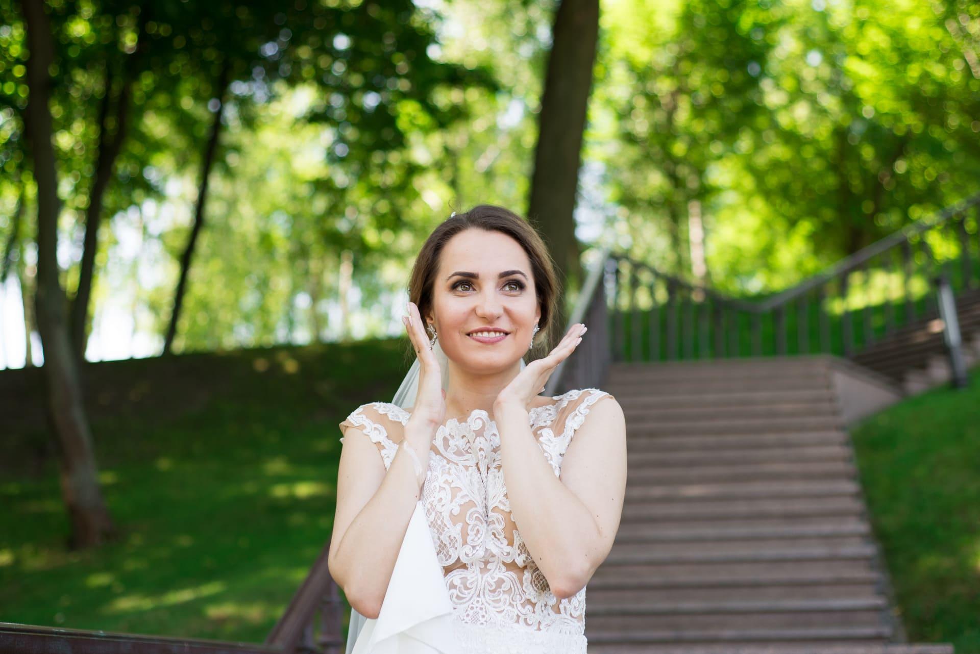 Свадебная фотосессия в Межигорье: Удивленная невеста в парке
