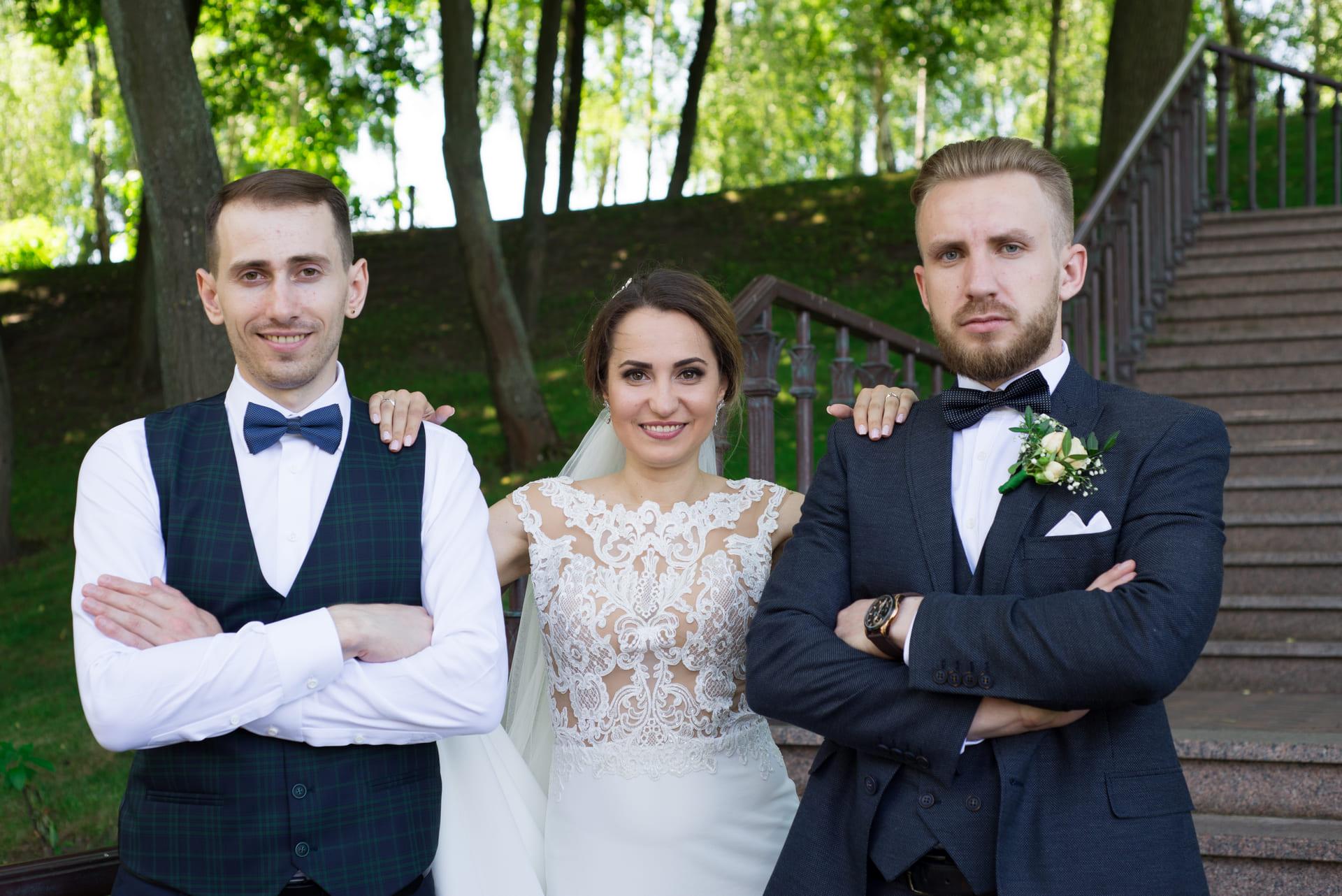 Свадебная фотосессия в Межигорье: Невеста, жених и свидетель