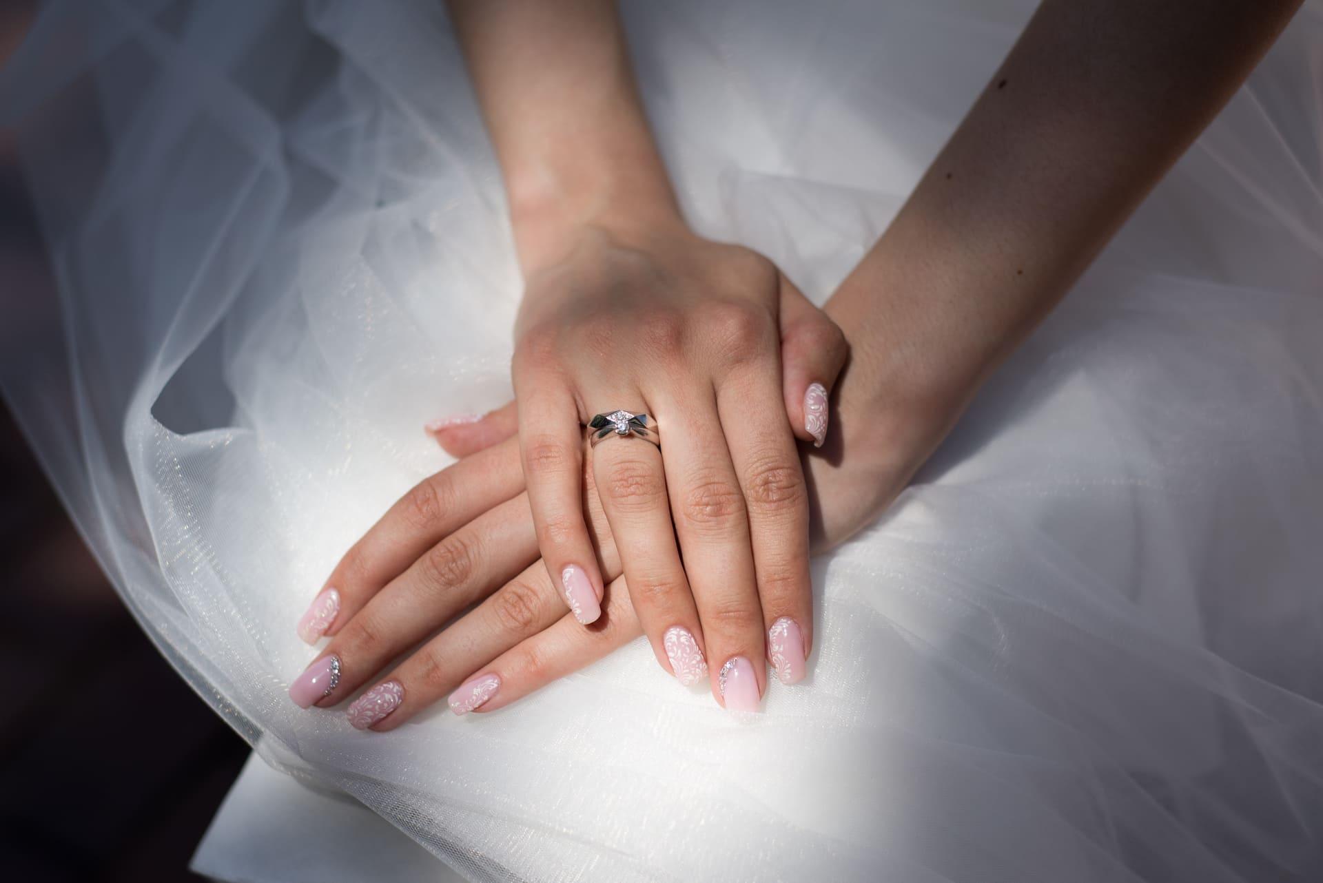 Свадебная фотосессия в Межигорье: Обручальное кольцо невесты