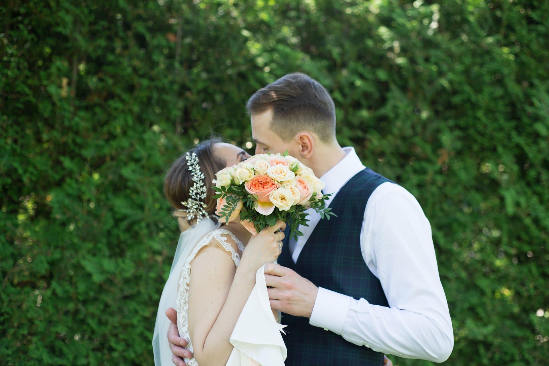 Свадебная фотосессия в Межигорье: Поцелуй спрятан за букетом