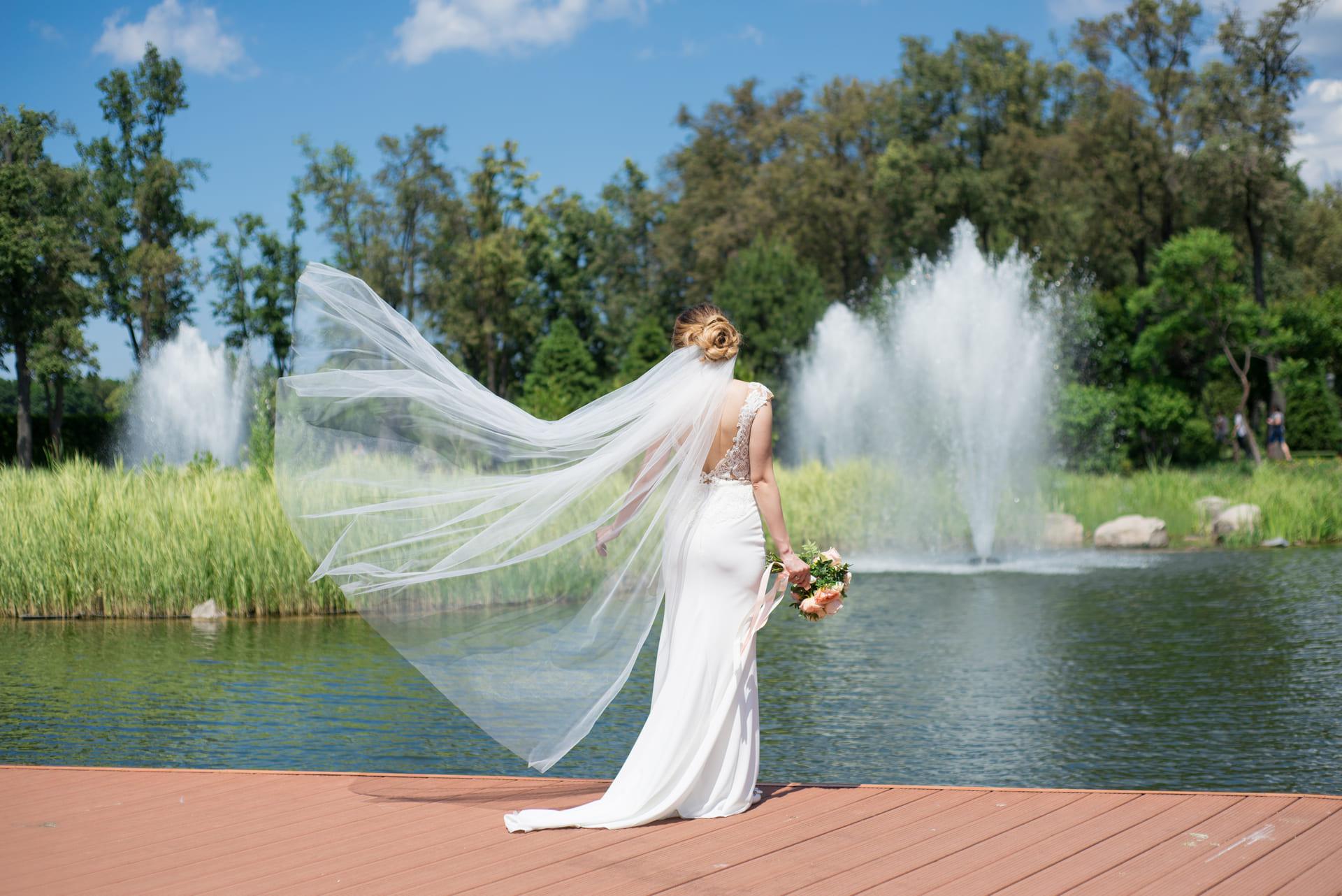 Свадебная фотосессия в Межигорье: Фата невесты развевается на ветру