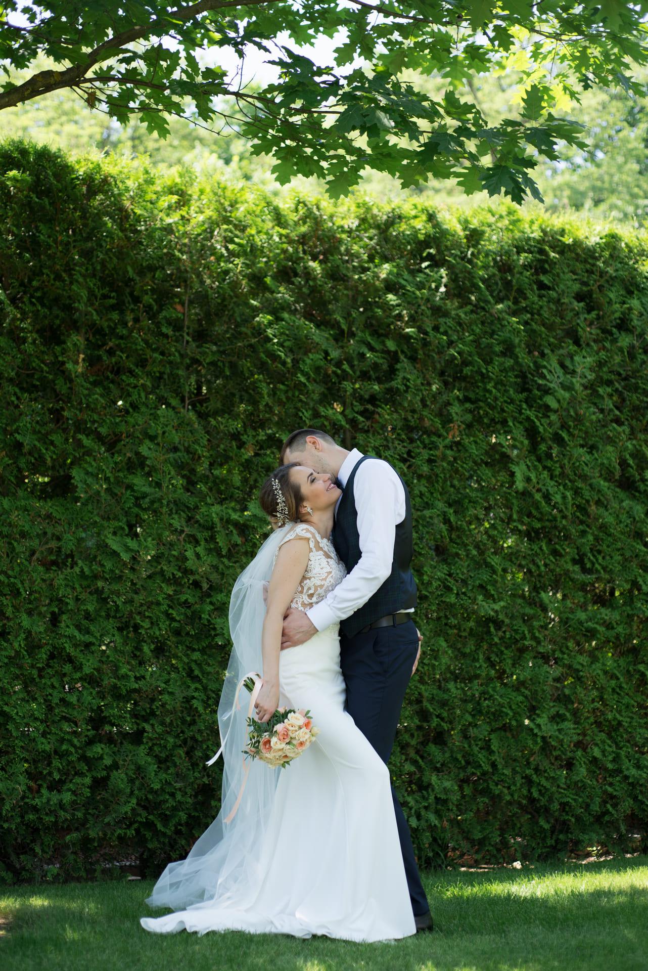 Свадебная фотосессия в Межигорье: Объятия в зеленых кустах