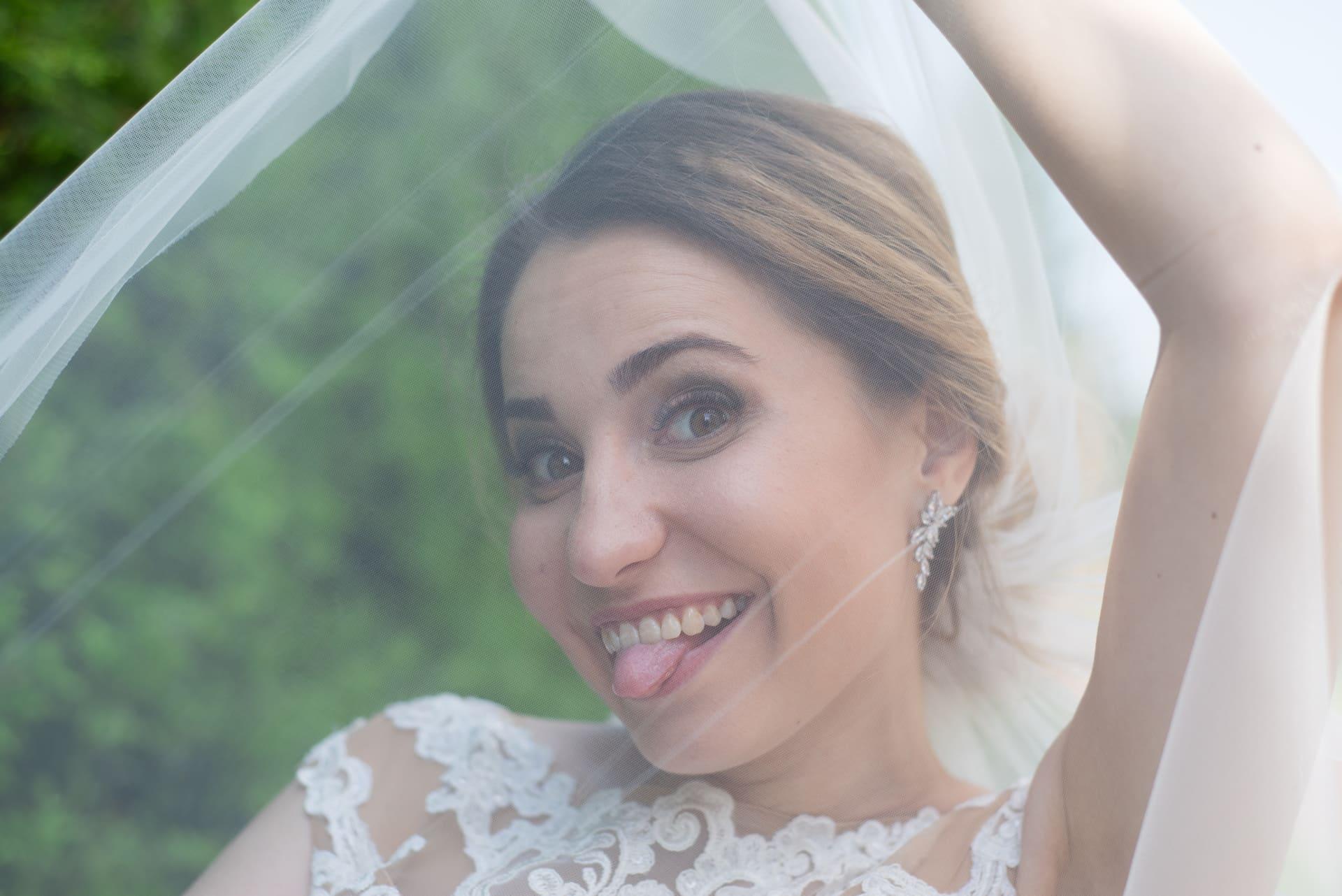 Свадебная фотосессия в Межигорье: Невеста показала язык фотографу