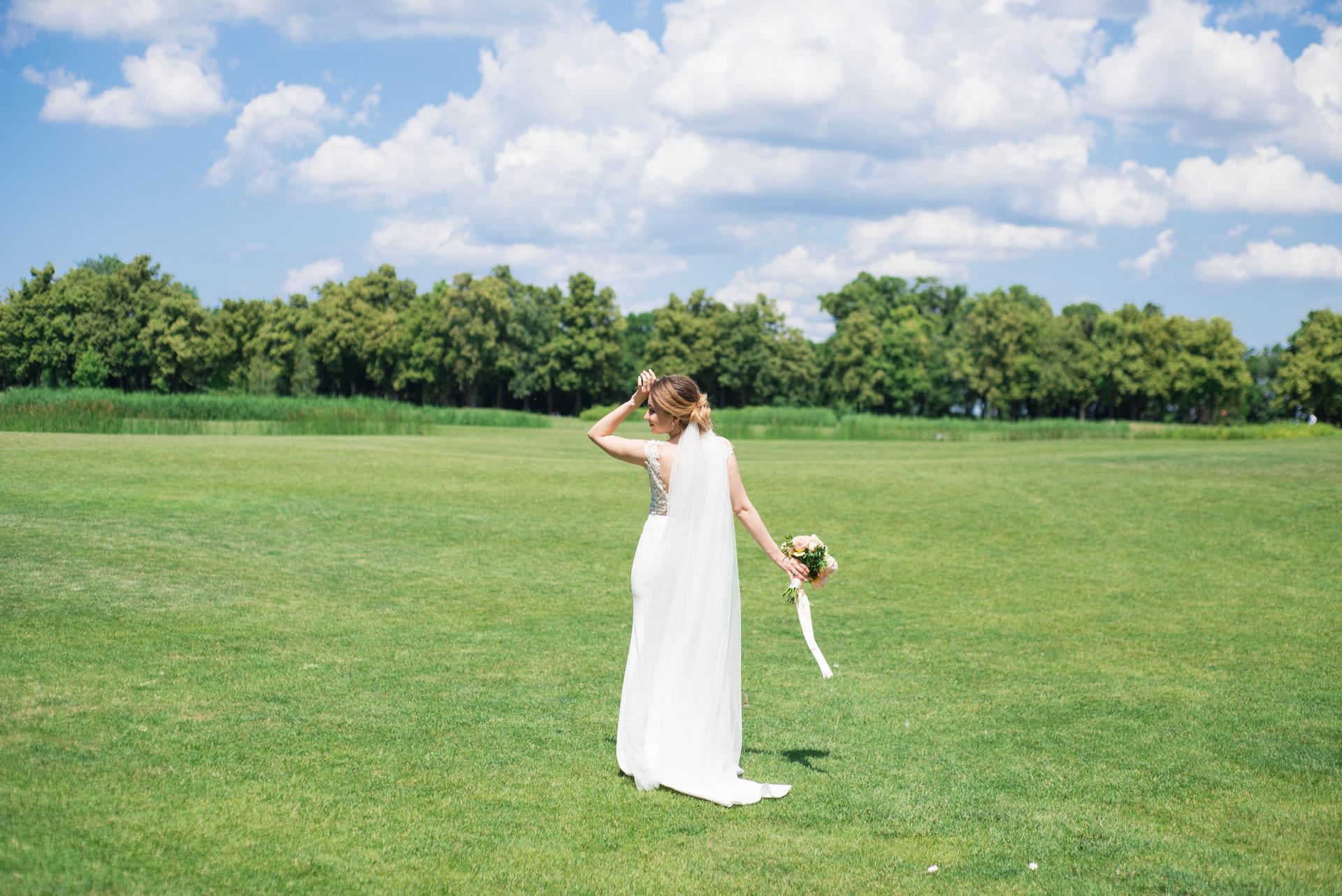 Свадебная фотосессия в Межигорье: Невеста гуляет в поле