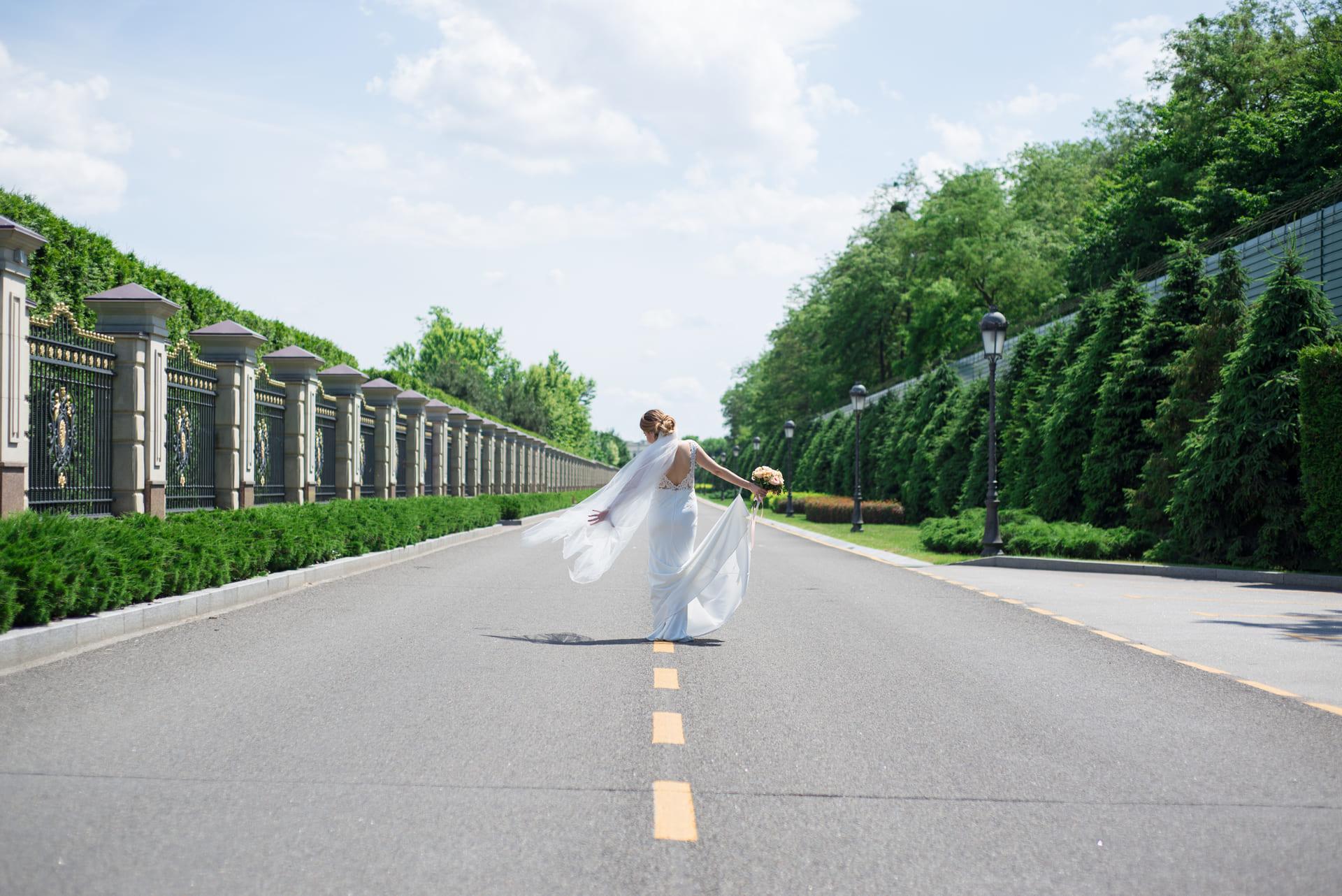 Свадебная фотосессия в Межигорье: Невеста идет по дороге