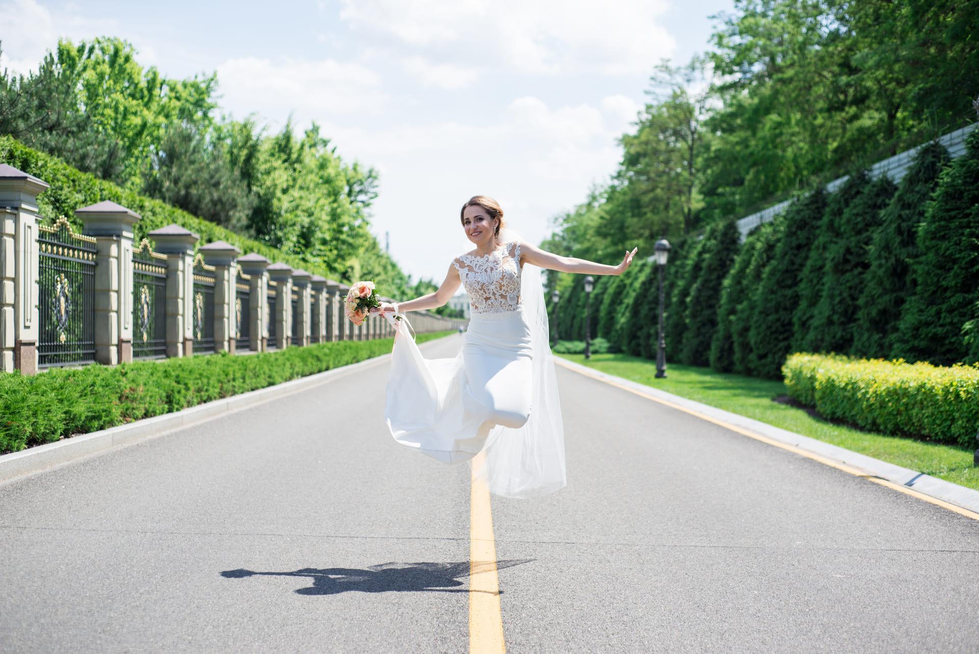 Свадебная фотосессия в Межигорье: Невеста прыгает от радости