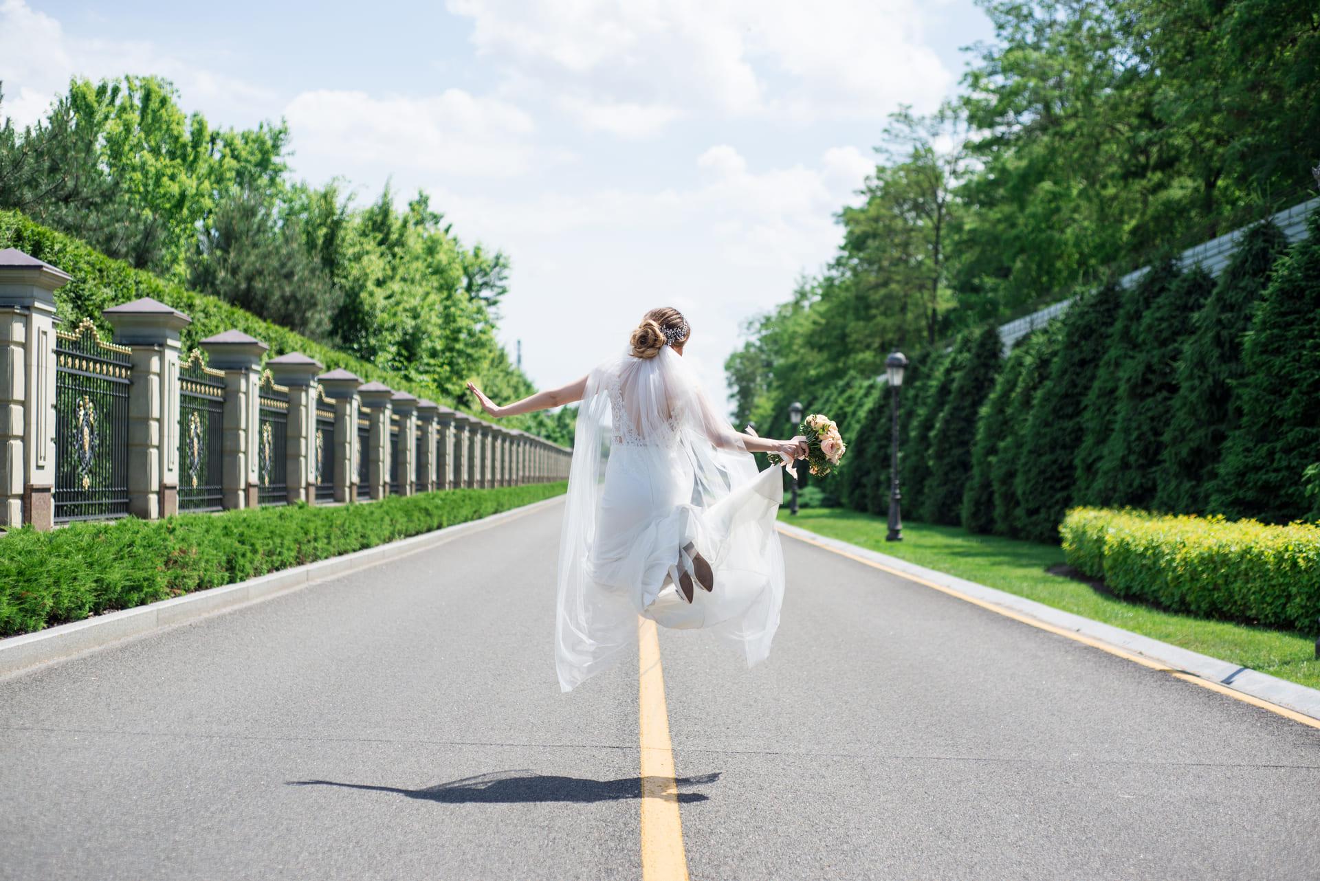 Свадебная фотосессия в Межигорье: Невеста в прыжке