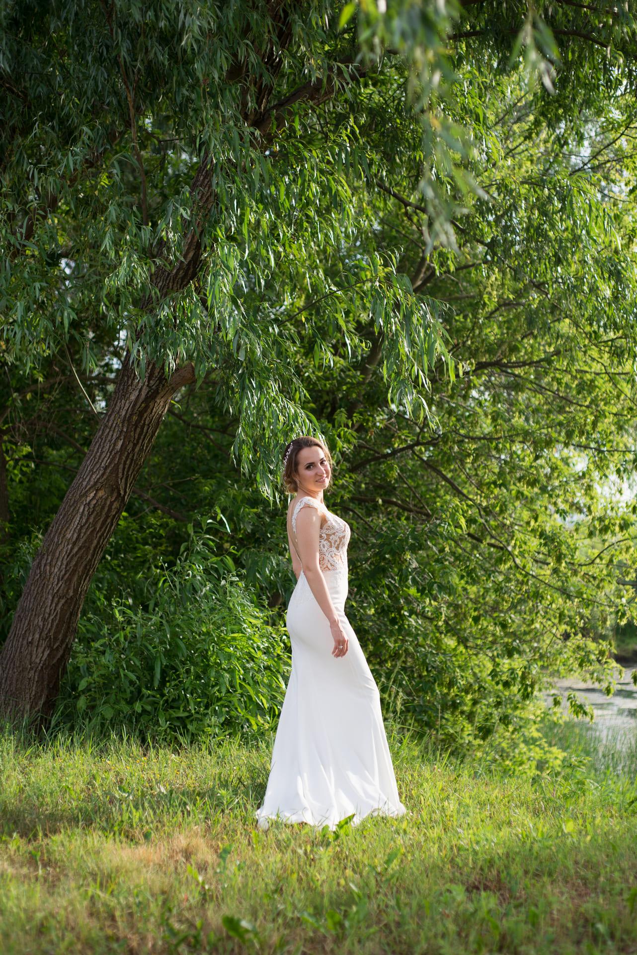 Свадебная фотосессия в Межигорье: Невеста возле озера