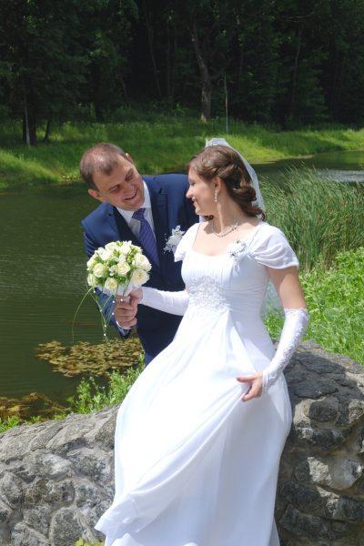 Жених дарит невесте красивый букет - Женя Лайт - Фотограф Киев