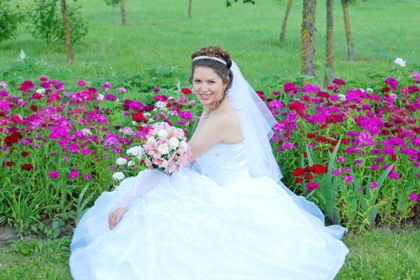 Невеста в красивой цветочной клумбе - Женя Лайт - Фотограф Киев