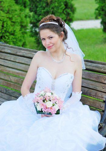 Хитрая невеста на скамейке с букетом - Женя Лайт - Фотограф Киев