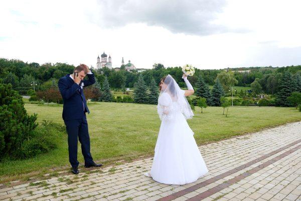 Невеста хочет бросить в жениха букетом - Женя Лайт - Фотограф Киев