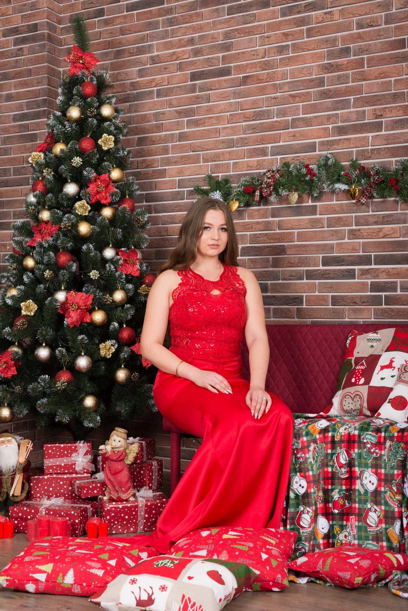 Новогодняя фотосессия в студии Amore - сидя возле елки