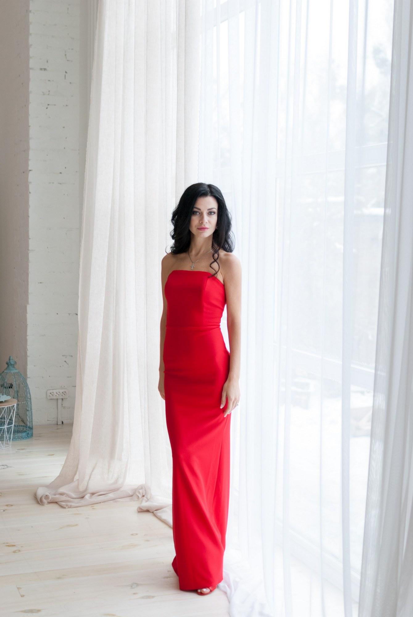 Женщина в красном платье