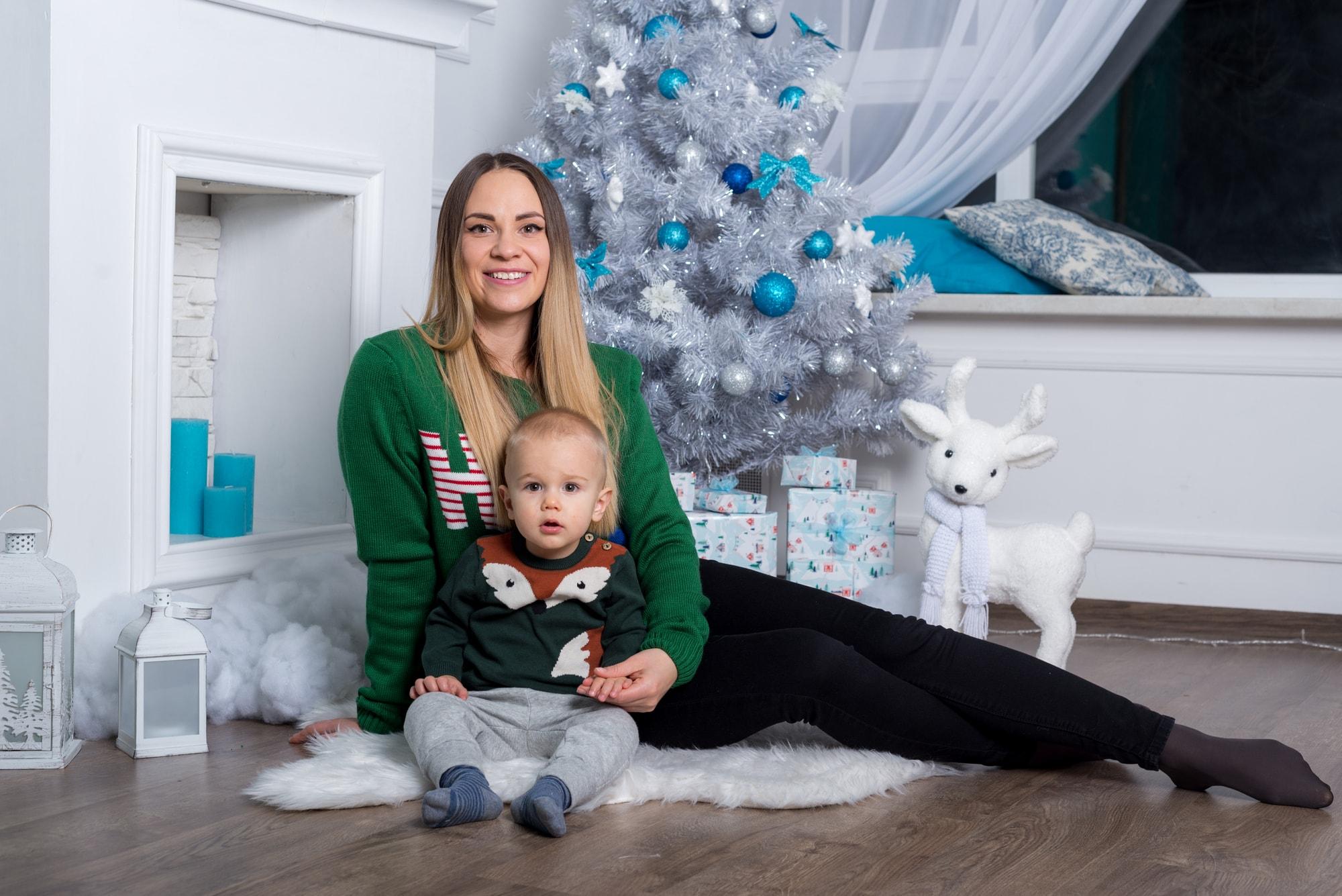 Семейная фотосессия в студии Amore - мама с сыном возле елки