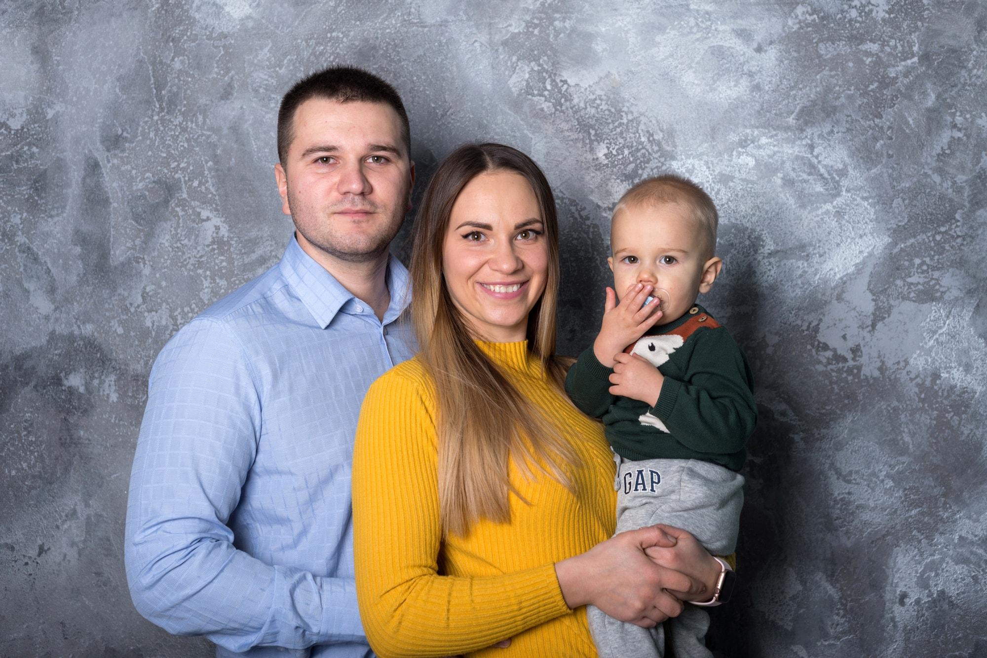 Семейная фотосессия в студии Amore - мама, папа и сын