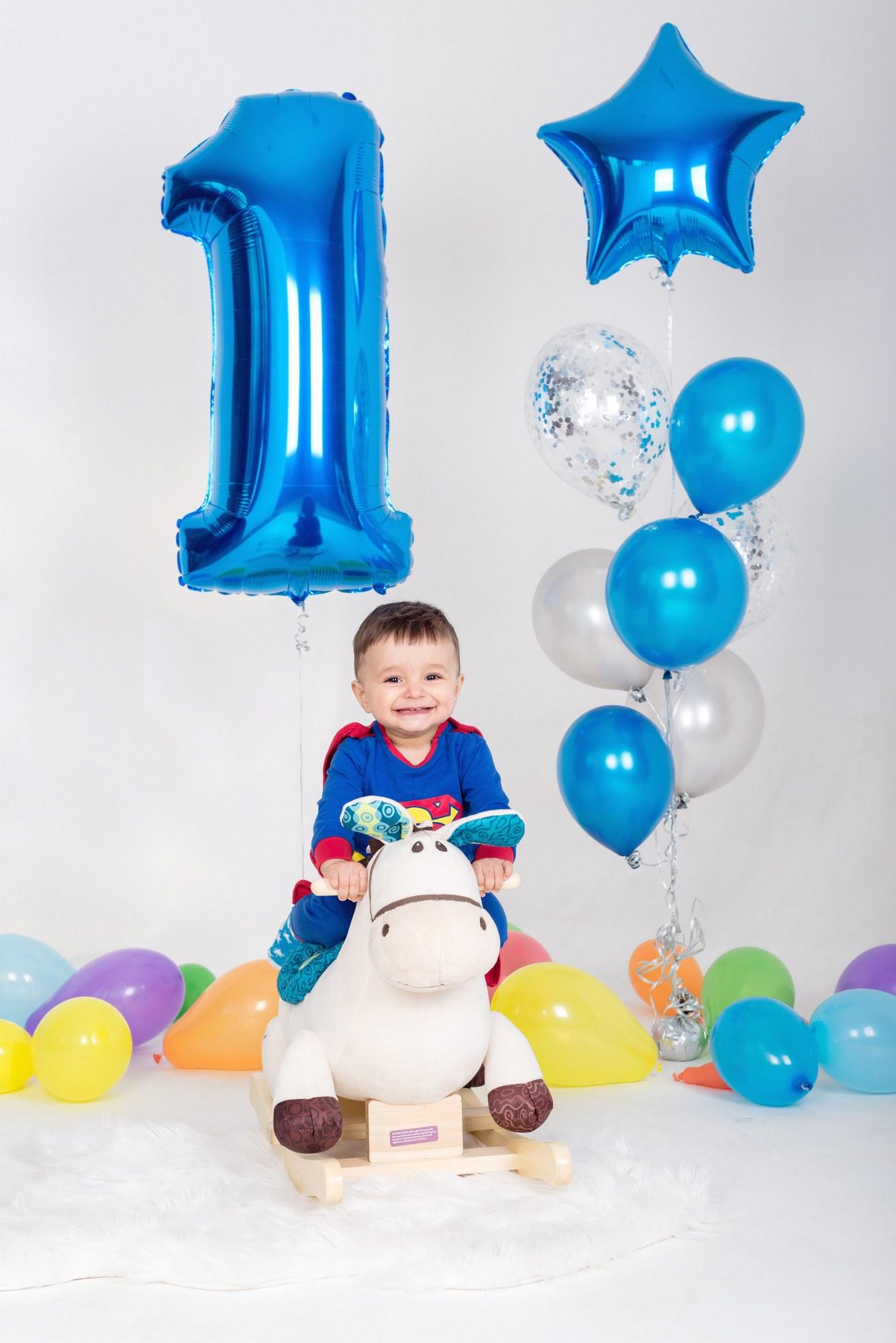 Мальчик улыбается на фотосессии